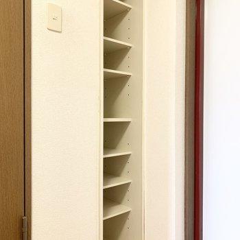 シューズボックスは高さが調節できます。※写真は3階の同間取り別部屋のものです