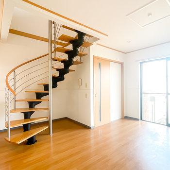 【LDK12.1】玄関もすぐそば。螺旋階段は見ているだけでも楽しい気分に◎