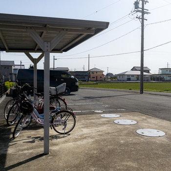 奥にはもうひとつの駐車場と駐輪場が。