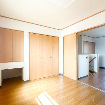 【洋6】2つの洋室は引き戸で仕切れます。こちらには収納が2つ。