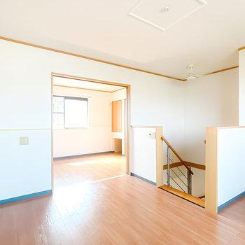 【洋6.8】階段の吹き抜けが開放的!奥にはもうひとつの洋室が。