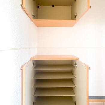 靴箱は上下に分かれていて、それぞれ靴3足分の横幅です。