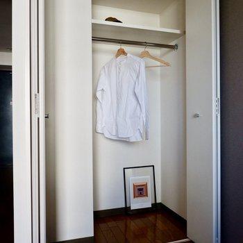 クローゼットは高さがあり、丈の長いコートなどもきちんと収納できます。