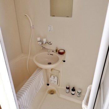 ホワイトのシンプルな浴室。ゆったりめでリラックスして利用できそう。