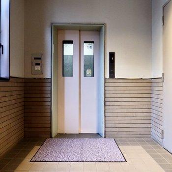 階の移動にはエレベーターを。