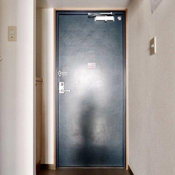 チャコールグレーのドアがどこか素朴なオシャレ感。