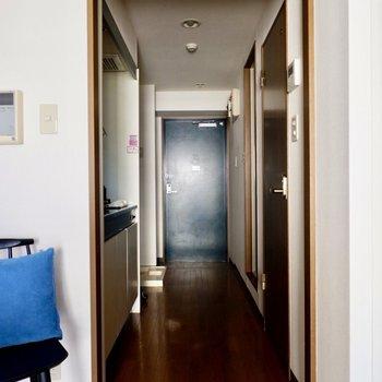一直線の廊下へ進みましょう。