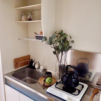 上部の棚で食器を乾かしたり、調味料を置いておけたりもします。