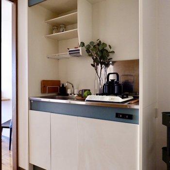 キッチンは入ってすぐ。シンプルなデザインです。