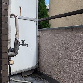 洗濯機置き場は外に。※写真は2階の反転間取り別部屋のものです