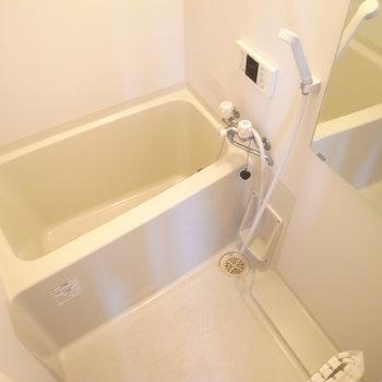 お風呂はコンパクトなサイズ。追い焚き機能付きです。