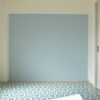 無地のベビーブルーのクロスと、床のターコイズブルーの模様の組み合わせがかわいいな〜。