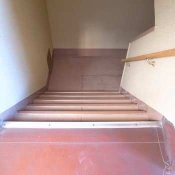 【共用部】お部屋までは階段で上がってきます。