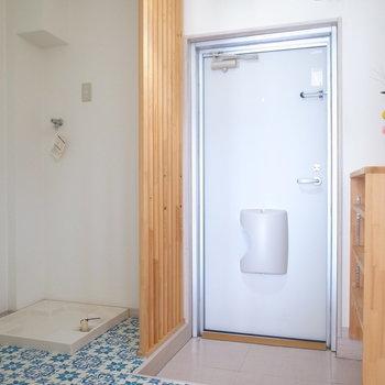 玄関には目隠しのルーバーがありますよ。洗濯パンもここに。