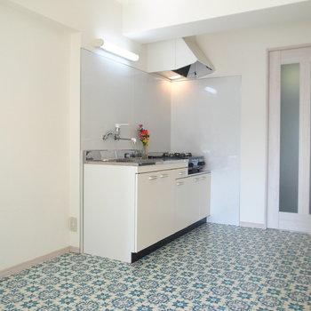 キッチンの並びには冷蔵庫のほか、ラックなども置けます◎