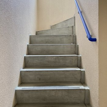 3階までは階段で。青の手すりが素敵。