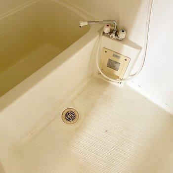 シンプルなお風呂場。ラックをプラスしよう。(※写真は清掃前のものです)