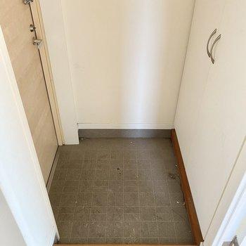 玄関は普通サイズ。(※写真は清掃前のものです)