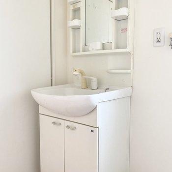 洗面台は独立。準備もはかどりますね。(※写真は清掃前のものです)