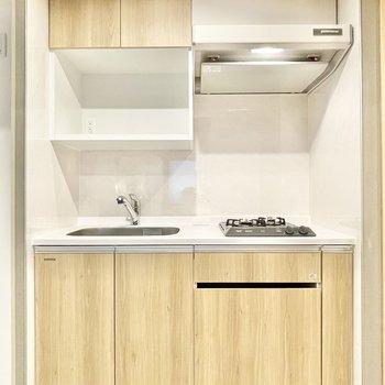 キッチンも木目調でお部屋と統一感があります。