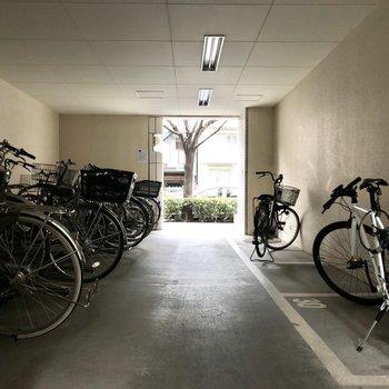 駐輪スペースは屋根の下です。