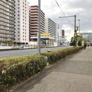 駅周辺は交通量が多いです。歩行者道路もゆったり幅。