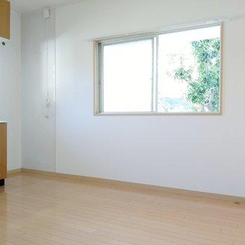 二面窓で風とおしも◎キッチン横に冷蔵庫が置けそう。