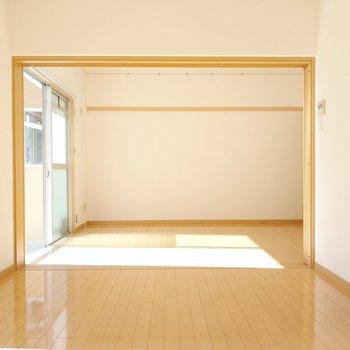 洋室は2部屋繋がっています。奥の洋室の壁にはピクチャーレール。家族写真を飾りたい!