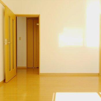 扉を開けて廊下へ。正面は脱衣所です。