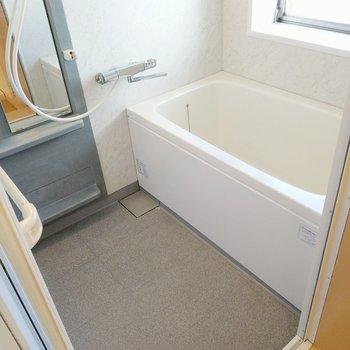 お風呂も綺麗ですよ~!サーモ水栓で温度調節楽々◎窓もあります。
