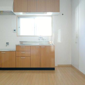 キッチン正面の窓のおかげで日中は電気をつけなくても料理ができます。