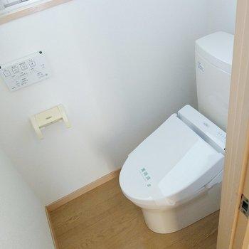 ウォシュレット付きのトイレ!換気窓もあります。