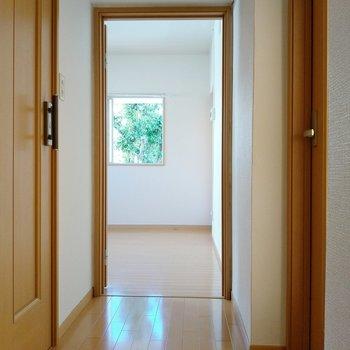 玄関入って、まずは正面のダイニングへ。窓から緑が見えますね。