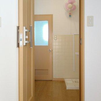 脱衣所は充分なスペース。レトロかわいい扇風機はお風呂あがりに活躍しそう!