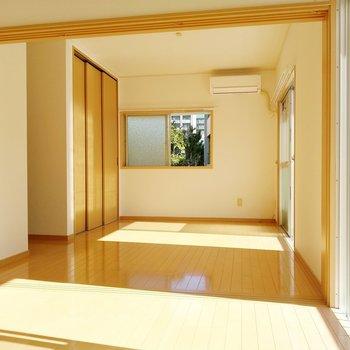 競い合うように陽が射す。明るく広々としたお部屋。
