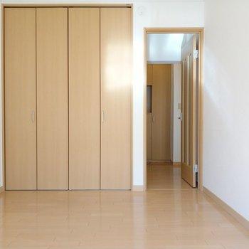 プライベート感があるこの部屋は寝室にいいかも。廊下へ出てサニタリーへ。