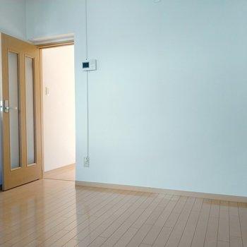 壁側に食器棚や、動線を邪魔しなければ作業台も置けそう!扉の先は・・・