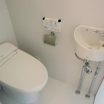 トイレはウォシュレット付き。※写真は3階の反転間取り別部屋のものです