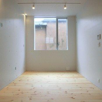 大きな窓。ベランダはありません。※写真は3階の反転間取り別部屋のものです