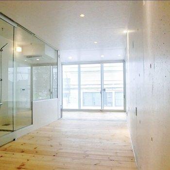 ガラス張りのサニタリーがかっこいい……※写真は3階の反転間取り別部屋のものです