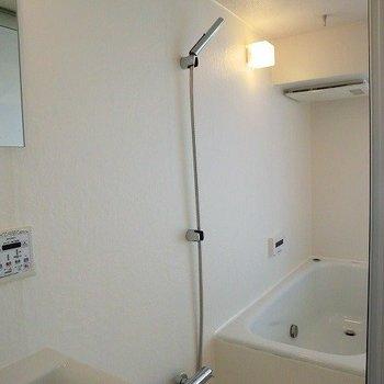 お風呂は浴室乾燥機もついています。※写真は3階の反転間取り別部屋のものです