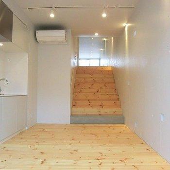 この階段、やみつき。※写真は3階の反転間取り別部屋のものです