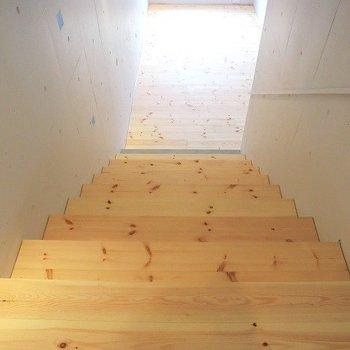 階段を降りてリビングへ。※写真は3階の反転間取り別部屋のものです