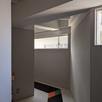 共用の廊下は窓があるので日中は明るめです。