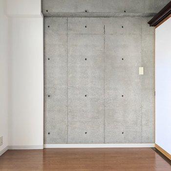 【洋室】こちらにもコンクリ壁は続いています。