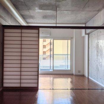 【LDK】扉を開いておくと窓からの光がリビングにも入ってきます。