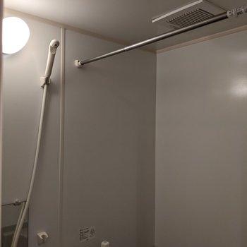 洗濯物を浴室で干すことができます。
