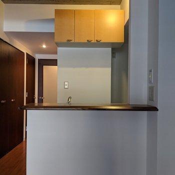 【LDK】キッチンは開放型。明るく料理ができます。