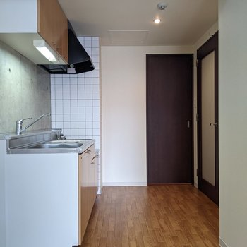 【LDK】キッチン周りはスペースがあるので移動がしやすいです。