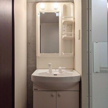 洗面台は棚、コンセントつきなので身支度がしやすいです。